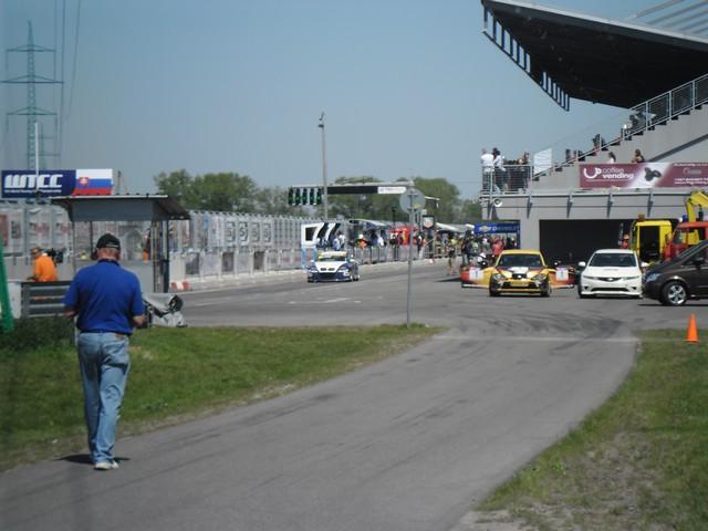 Boxy a výjazd na dráhu BMW, foto: Martin Kutáš