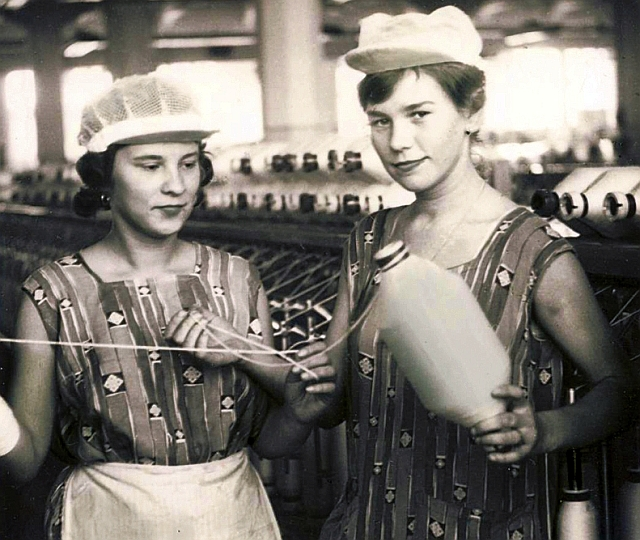 Archívny záber na prácu v Bratislavskej cvernovej továrni, zdroj: Kreatívny ateliér Bavlna