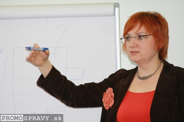 Zuzana Lajdová vedie ukážkovú hodinu tvorivého písania v Dome poznania Galanta, foto: Miloslav Ofúkaný
