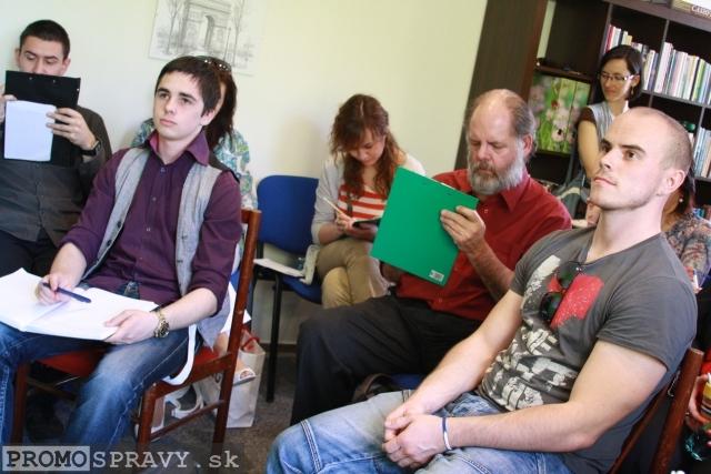 Účastníci ukážkovej hodiny tvorivého písania v Dome poznania Galanta, foto: Miloslav Ofúkaný