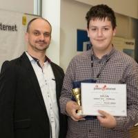 Vpravo Ondrej Vrábel – víťaz celoslovenskej súťaže Junior Internet v kategórii JuniorLEARN, foto: AMAVET