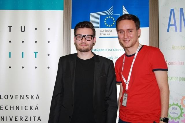 vľavo Vasil Hatala – víťaz JuniorDESIGN starší žiaci a absolútny víťaz súťaže Junior Internet 2017, zdroj obrázka: Miloslav Ofúkaný