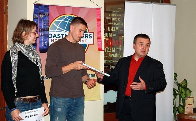 Eva Kubaščíková bola prvou rečníčkou v PR kampani a Róbert Nagy získal knihu Divy Bratislavy od PROMOSPRAVY.sk za strihanie súťažných videí, foto: Adam Regec