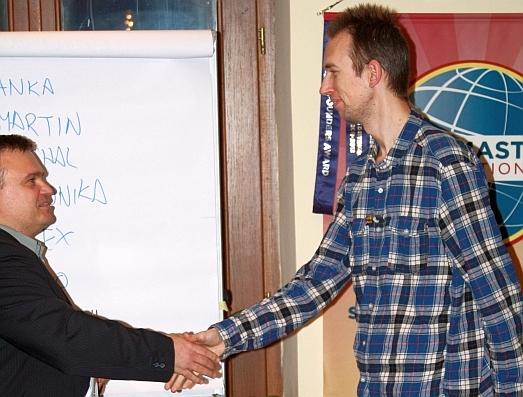 Miloslav Ofúkaný blahoželá Vlastovi Šupinovi k získaniu poukážky kaderníctva Elander na 3x pánsky strih, foto: Michal Matúšek