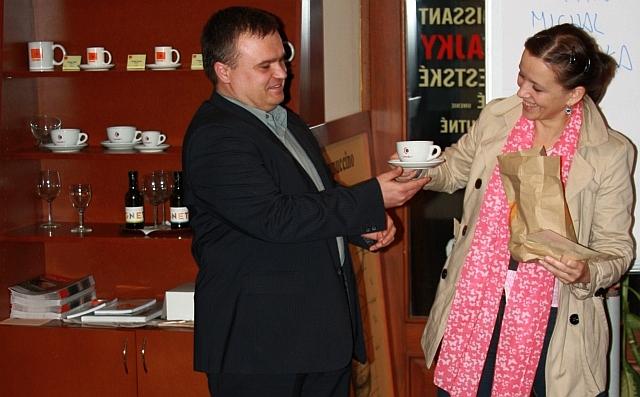 Anka sa teší z cien, ktoré do súťaže venovala kaviareň Coffee&Co, foto: Michal Matúšek