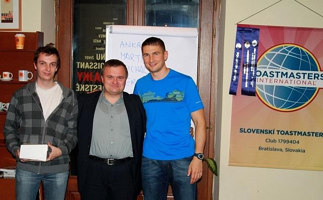 Miroslav Beňo (vľavo) získal poukážku na nákup produktov v kaviarni Coffee&Co ako poďakovanie za napísanie článkov ku PR kampani, po druhom boku Miloslava Ofúkaného stojí Róbert Nagy, foto: Michal Matúšek