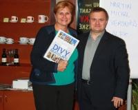 Katarína Čičmancová s knihou Divy Bratislavy a hlavný organizátor Toastmasters PR kampane Miloslav Ofúkaný, foto: Michal Matúšek