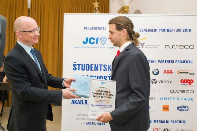 Robert Redhammer (Slovenská rektorská konferencia) odovzdáva cenu Jozefovi Bendíkovi, foto: Zuzana Halvoníková
