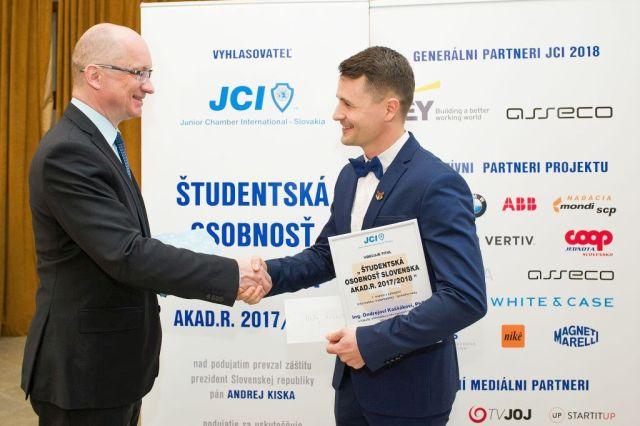 Robert Redhammer (Slovenská rektorská konferencia) odovzdáva cenu Ondrejovi Kaššákovi, foto: Zuzana Halvoníková