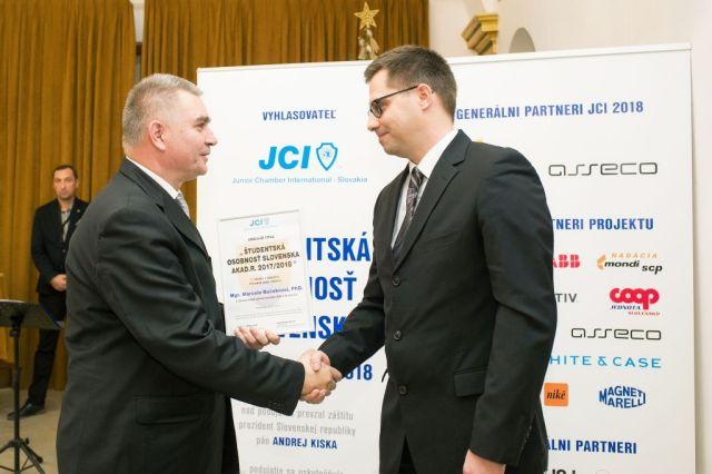 Marián Meško (Junior Chamber International – Slovakia) odovzdáva cenu Jurajovi Majtánovi (v zastúpení Marceli Bučekovej), foto: Zuzana Halvoníková