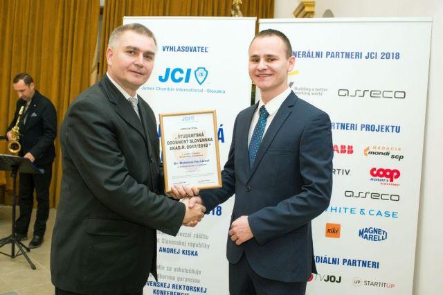 Marián Meško (Junior Chamber International – Slovakia) odovzdáva cenu Matúšovi Harčárovi, foto: Zuzana Halvoníková