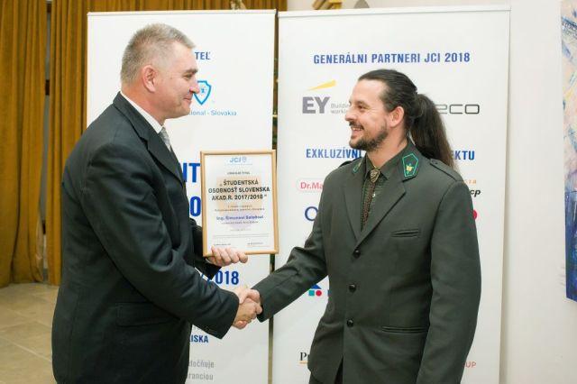Marián Meško (Junior Chamber International – Slovakia) odovzdáva cenu Šimonovi Saloňovi, foto: Zuzana Halvoníková