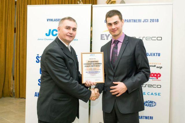 Marián Meško (Junior Chamber International – Slovakia) odovzdáva cenu Michalovi Uhrínovi, foto: Zuzana Halvoníková