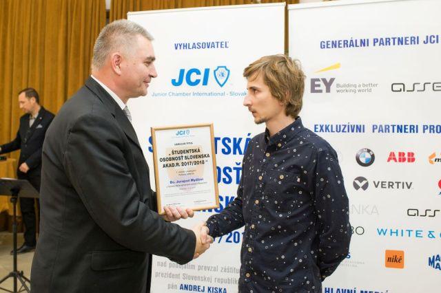 Marián Meško (Junior Chamber International – Slovakia) odovzdáva cenu Jurajovi Mydlovi, foto: Zuzana Halvoníková