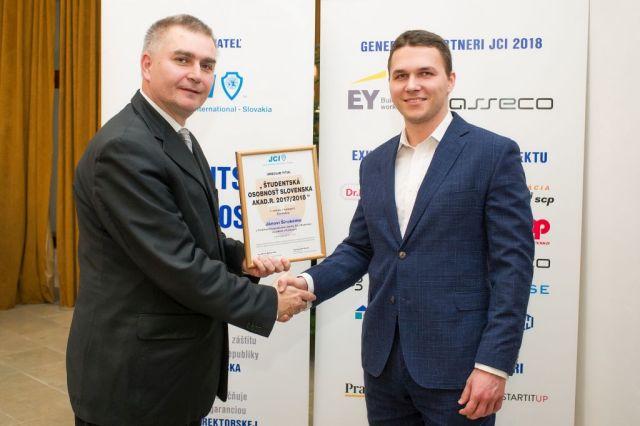 Marián Meško (Junior Chamber International – Slovakia) odovzdáva cenu Jánovi Širokému, foto: Zuzana Halvoníková