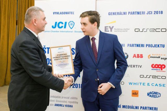 Marián Meško (Junior Chamber International – Slovakia) odovzdáva cenu Lukášovi Tomášovi, foto: Zuzana Halvoníková