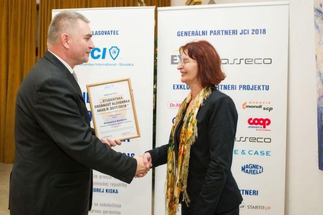 Marián Meško (Junior Chamber International – Slovakia) odovzdáva cenu Ľudmile Balážovej (v zastúpení Samuela Baláža) foto: Zuzana Halvoníková