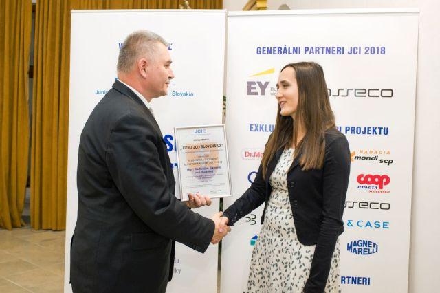 Marián Meško odovzdáva Radivojke Bánovej cenu Junior Chamber International – Slovakia za najväčší potenciálny prínos pre spoločnosť, foto: Zuzana Halvoníková