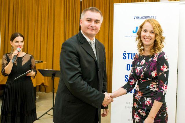 Marián Meško (Junior Chamber International – Slovakia) gratuluje absolutnej víťazke Silvii Schmidtovej, foto: Zuzana Halvoníková