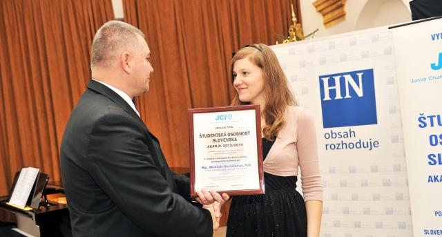 Marián Meško odovzdáva diplom Michaele Horňáčkovej – víťazke kategórie Elektrotechnika, priemyselné technológie, foto: Zuzana Halvoníková
