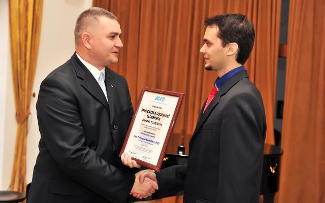 Marián Meško – výkonný predseda Junior Chamber International – Slovakia odovzdáva diplom absolútnemu víťazovi súťaže Tomášovi Bertókovi, foto: Zuzana Halvoníková