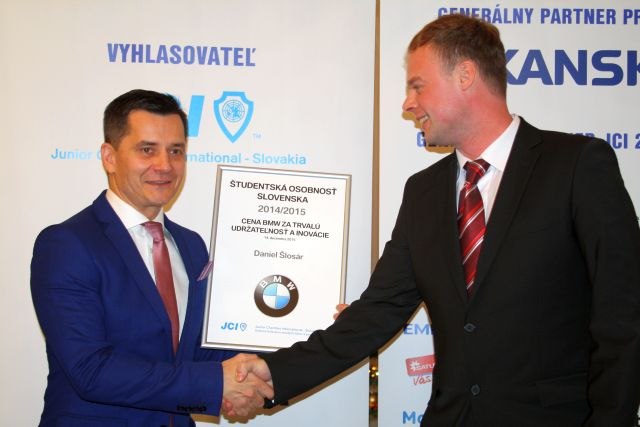 Milan Stupka odovzdáva cenu BMW Group Slovakia Danielovi Šlosárovi, foto: Miloslav Ofúkaný