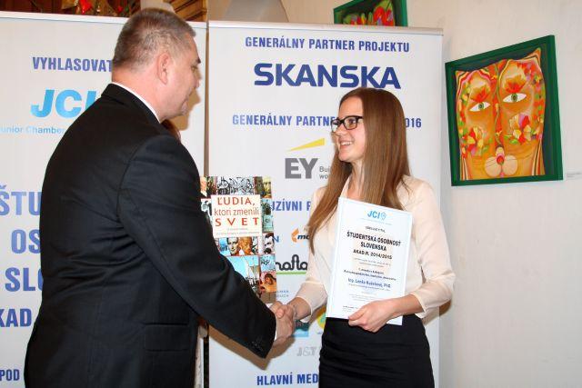 Marián Meško odovzdáva diplom Lenke Kuželovej – víťazke kategórie Poľnohospodárstvo, lesníctvo, drevárstvo, foto: Miloslav Ofúkaný