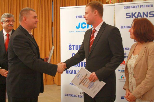Marián Meško odovzdáva diplom Danielovi Šlosárovi – víťazovi kategórie Hutníctvo, strojárstvo, energetika, foto: Miloslav Ofúkaný