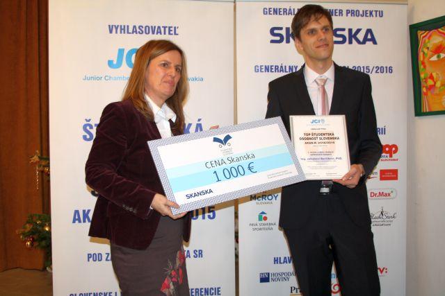Magdaléna Dobišová odovzdáva cenu Skanska absolútnemu víťazovi súťaže Jakubovi Berčíkovi, foto: Miloslav Ofúkaný