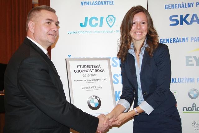 Marián Meško odovzdáva Cenu BMW Group Slovakia Veronike Földvary, foto: Miloslav Ofúkaný