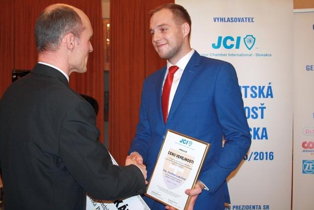 Jakub Prokeš (zástupca šefredaktorky denníka Pravda) odovzdáva Cenu verejnosti Jozefovi Lukáčovi, foto: Miloslav Ofúkaný