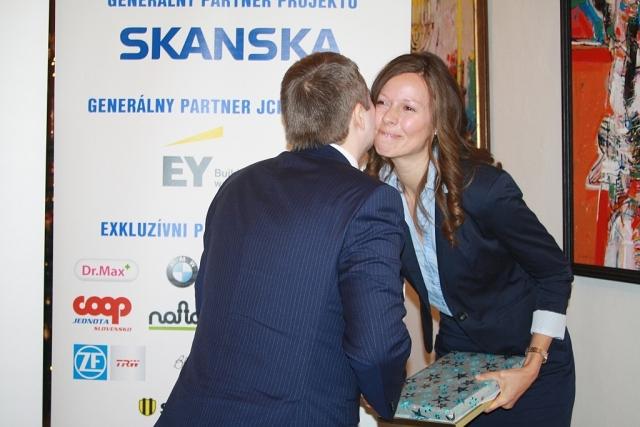 Radovan Slobodník z Prvej stavebnej sporiteľne blahoželá Veronike Földvary, foto: Miloslav Ofúkaný