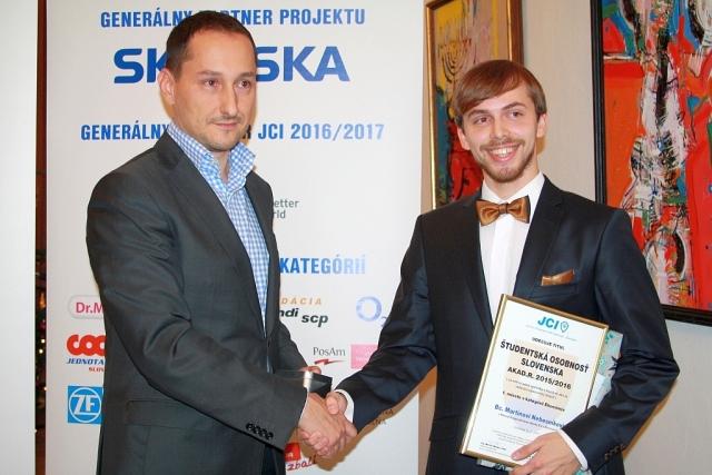 Tomáš Preček – partner spoločnosti EY blahoželá Martinovi Nebesníkovi, foto: Miloslav Ofúkaný