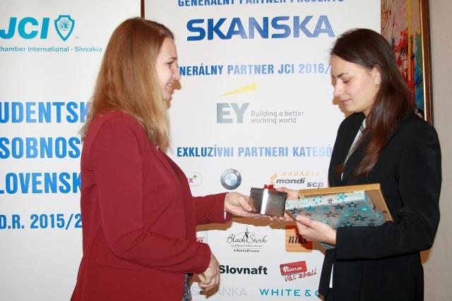 Silvia Kavalierová zo Slovnaftu odovzdáva značkové hodinky Veronike Némethovej, foto: Miloslav Ofúkaný
