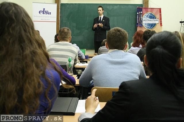 Vlastislav Šupina (pokladník klubu Slovenskí Toastmasters) s pripravenou rečou, foto: Miloslav Ofúkaný
